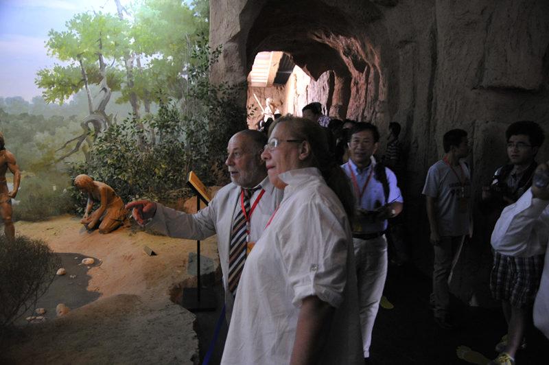 世界旧石器考古联合会副主席尼古拉·佐兹多夫一行参观水洞沟遗址博物馆